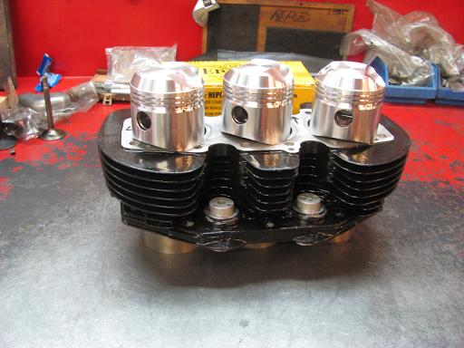 Le bloc cylindre de la Triumph Hurricane repeint et réaléser. Les pistons sont des Hepolite.