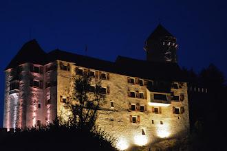 Photo: W Matzen przy drodze ładnie oświetlony zamek.