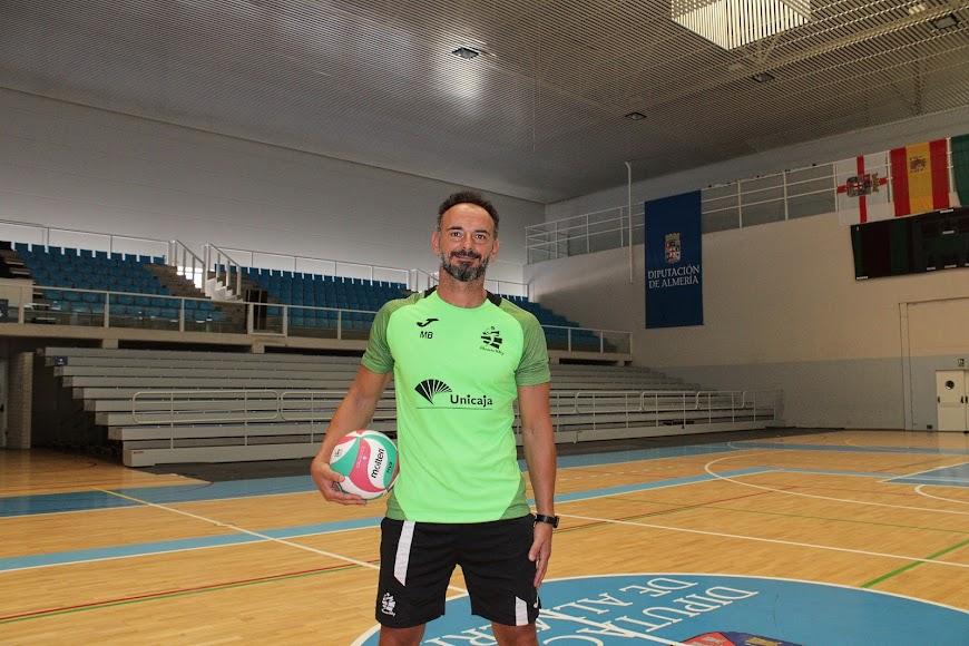 Manolo Berenguel, entrenador del Voley Unicaja, en el Pabellón Moisés Ruiz.