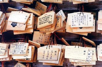 Photo: Tokio - tabliczki wotywne w świątyni Meiji / Tokyo - votive plaques in the Meiji temple