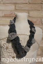 Photo: collana di lana grigia media con feltro e rose