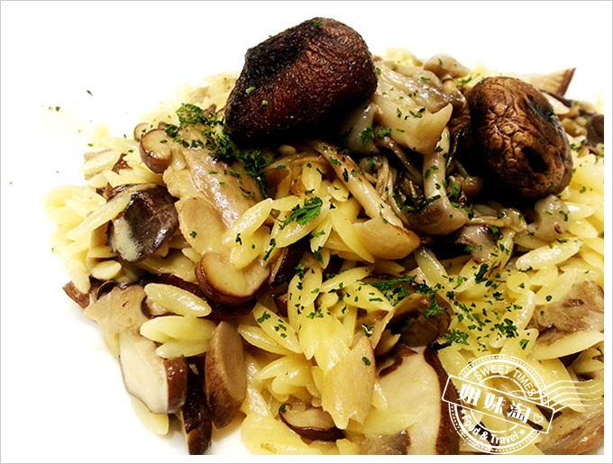 捷絲旅義泰蔬活食館香噴噴野菇米型麵