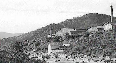 Photo: Antiga Fábrica de Papel, fundada em 1908. O prédio ainda existe. Localiza-se no Bairro do Itamarati. Foto de 1933. Pertence à coleção do Museu Imperial