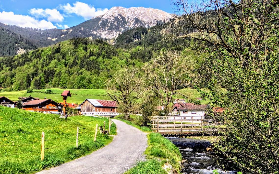 Nahe Illerbrücke Gedenkreuz Blick Rubi und Entschenkopf Oberstdorf Allgäu