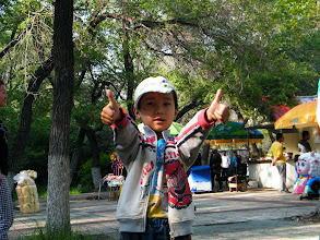 Photo: benzrad 朱子卓, brought son, warrenzh 朱楚甲, visit zoo and treat bears, pigs, dears with pork and vegetable we bought. lots of side watchers in the zoo when animals enjoy the snack we offered. here warrenzh posed for shot before we departing the zoo.