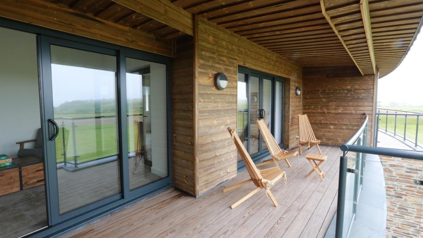 Kreative siddemøbler passer godt til en Kebony-terrasse