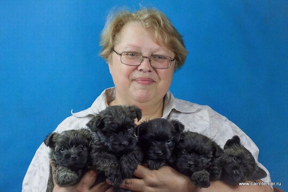 Фото владельца питомника Еливс со щенками помета Ф на руках