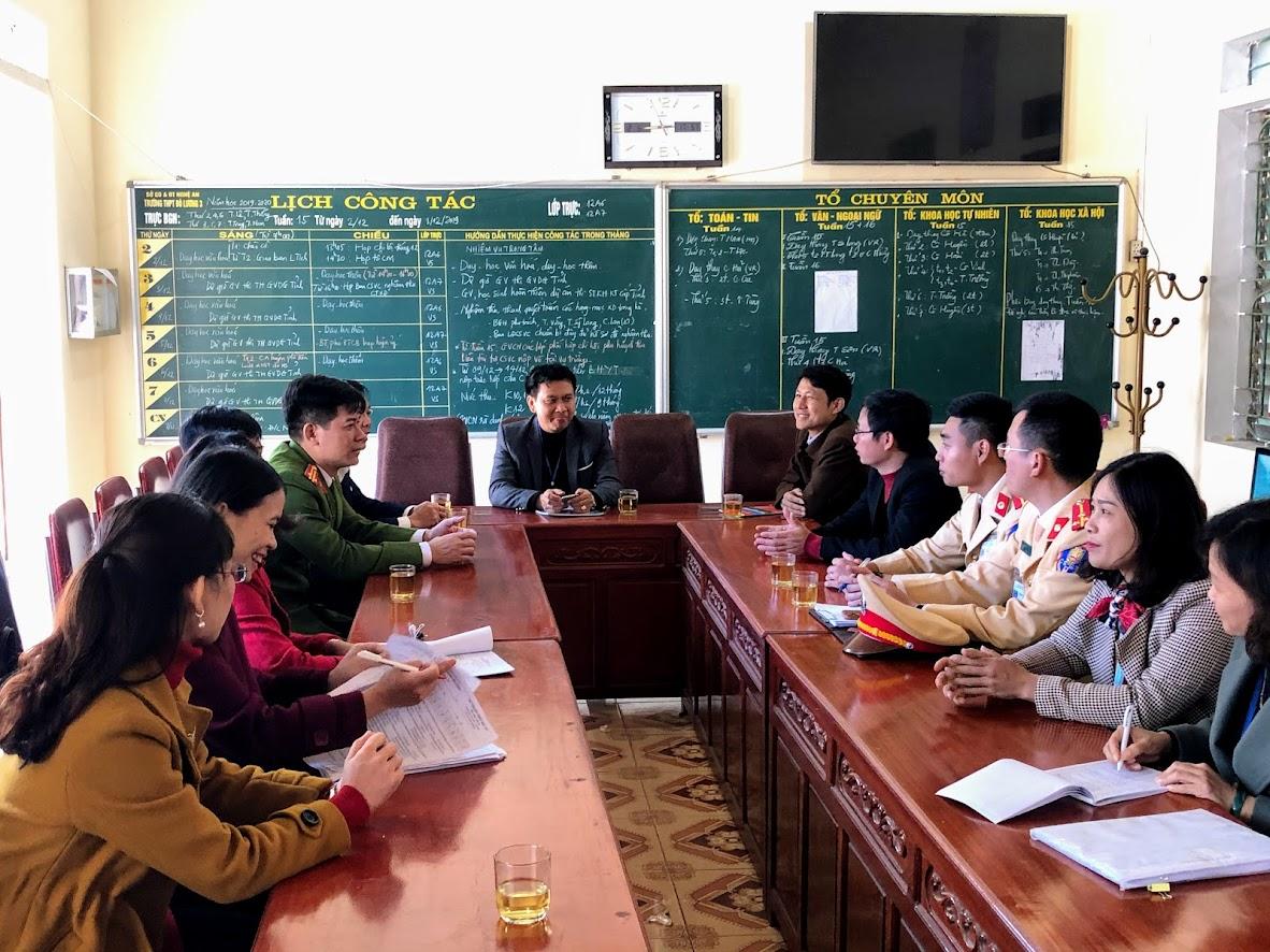 Công an Đô Lương trao đổi với Ban giám hiệu nhà trường về các giải pháp đẩy mạnh tuyên truyền pháp luật trong học sinh
