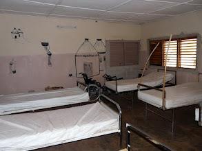 Photo: la salle d'hospitalisation, dont les murs ont été égayés par une jeune stagiaire française talentueuse, bravo !