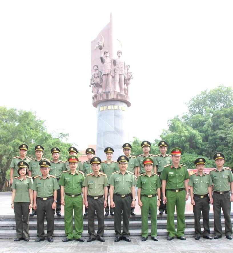 Đoàn chụp ảnh lưu niệm dưới chân tượng đài tưởng niệm các Anh hùng liệt sĩ