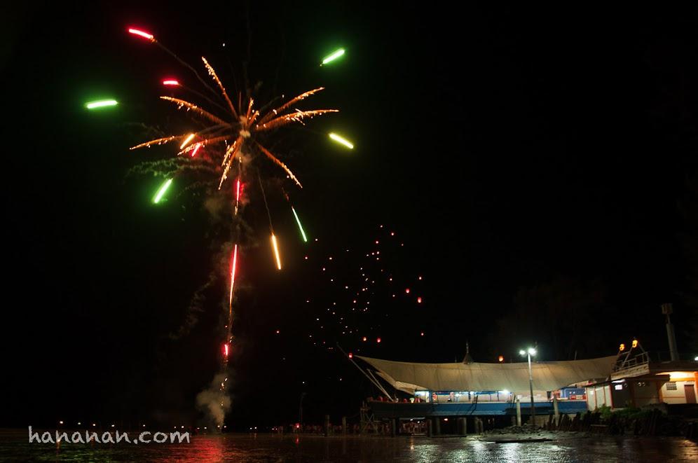 Salah satu atraksi pada malam khusus di Pantai Pasir Padi.