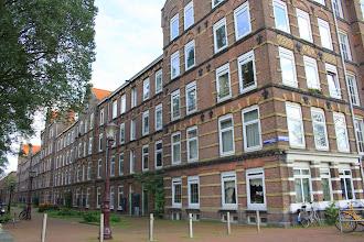 Photo: Complex met arbeiderswoningen (162) aan de Roggeveenstraat, Houtmankade, Dirk Hartoghstraat en Van Linschotenstraat (Zeeheldenbuurt). Gebouwd in 1883 door de Vereeniging tot het bouwen van Arbeiderswoningen. Architect  B. de Greef.