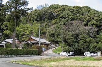 Photo: 北畠氏の阿坂城跡に行けるハイキングコースも ありますやでー。 (画像中央付近の急勾配がその入口)