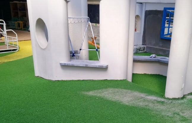 Khuôn viên nhà như phòng khách có cần trang trí thảm cỏ nhựa ?