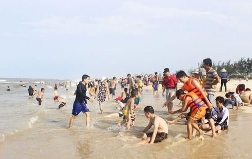 Du lịch Quảng Trị đông khách tắm biển