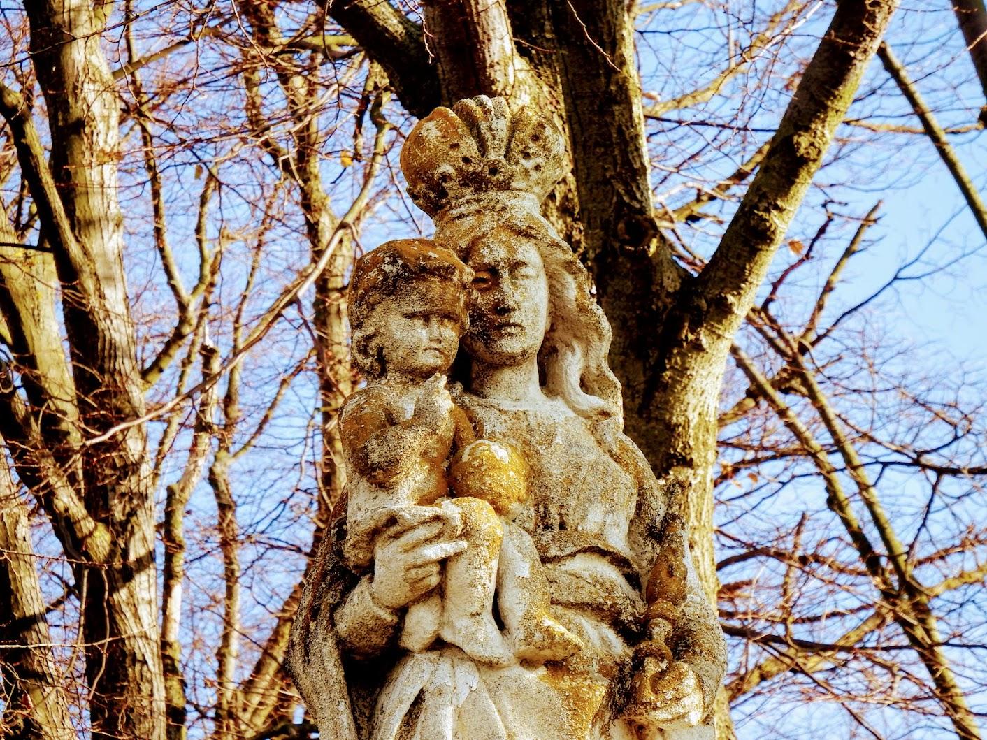 Szűz Mária a kisded Jézussal a temetőben