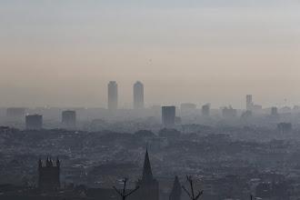 Photo: Vista de Barcelona, tapada por la polución, este lunes. DANNY CAMINAL