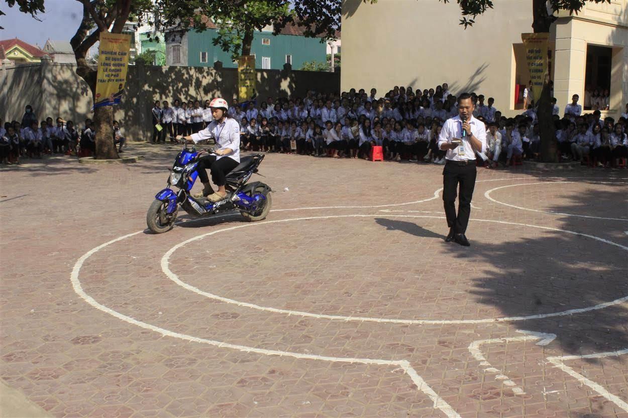 Đại diện Trung tâm đào tạo, sát hạch lái xe hướng dẫn học sinh điều khiển xe máy điện theo sa hình