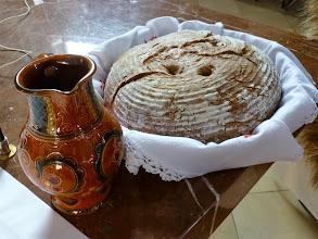 Photo: Die Landwirte haben auch Brot und Wein gebracht.