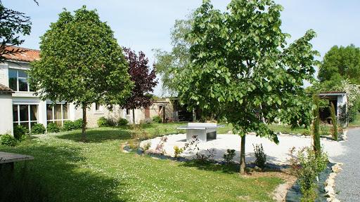 le-relais-gite-3-etoiles-pour-6-a-7-personnes-a-surgeres-pres-de-la-rochelle-grand-jardin-avec-table-de-ping-pong.jpg