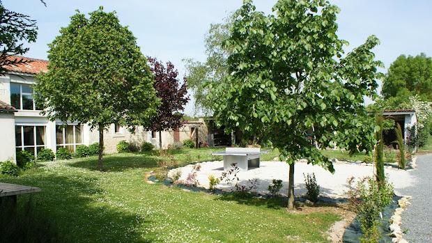 le-relais-gite-3-etoiles-pour-6-a-7-personnes-a-surgeres-pres-de-la-rochelle-grand-jardin-avec-table-de-ping-pong