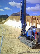 Photo: Instalación de piquetas de cimentantación. Equipo de perforación y anclaje.