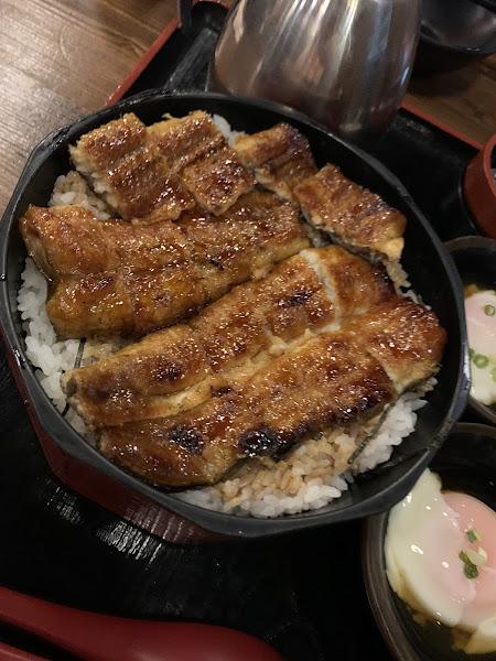 用餐環境氣氛好、燈光佳。鰻魚好吃沒話說~厲害的是牛小排串燒威到一個不行(嫩口、帶咬勁)。給他一試成主顧的。