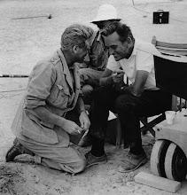 """Photo: Um momento de descontração entre Peter O'Toole e David Lean em uma das locações de""""Lawrence da Arábia""""."""