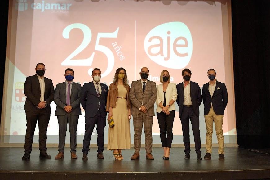 El presidente de AJE Almería y su Junta Directiva.