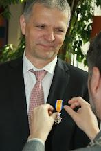Photo: Hij wist ervan af dat Aaltje een lintje zou krijgen. Maar dat hijzelf er ook een zou ontvangen was een echte surprise.