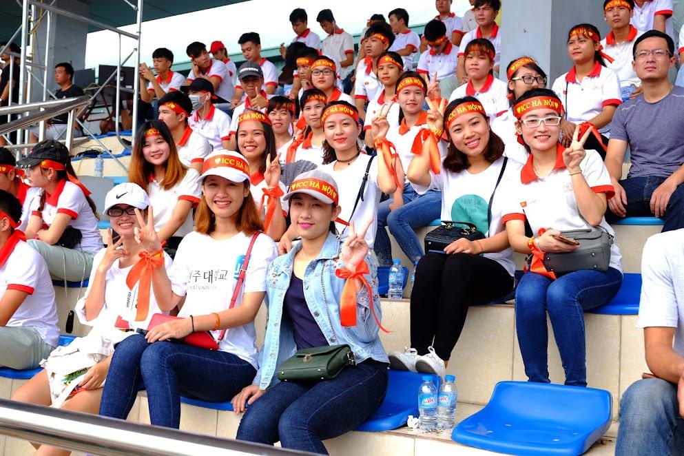 Các bóng hồng cổ vũ cho ICC Hà Nội.