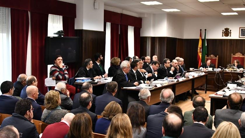 Acusados y abogados en la primera sesión de cuestiones previas