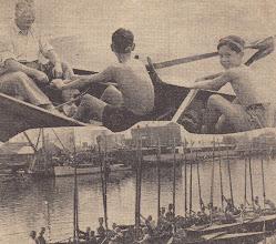 Photo: 1950-erne. Skoleroning. Kongeskibet på vej og årerne rejses.