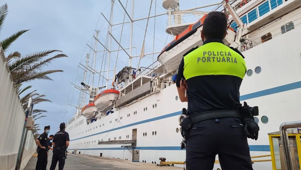 Un agente de la Policía Portuaria delante del crucero.