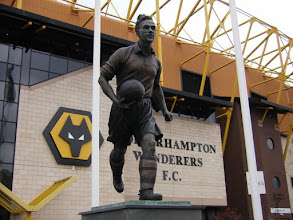 Photo: .... het standbeeld van club-icoon Billy Wright ....
