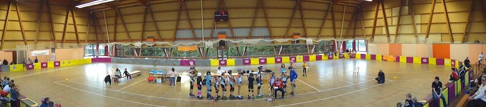 Photo: Panoramique de la salle avec file d'attente des patineurs qui veulent se faire chronométrer sur un tour lancé.
