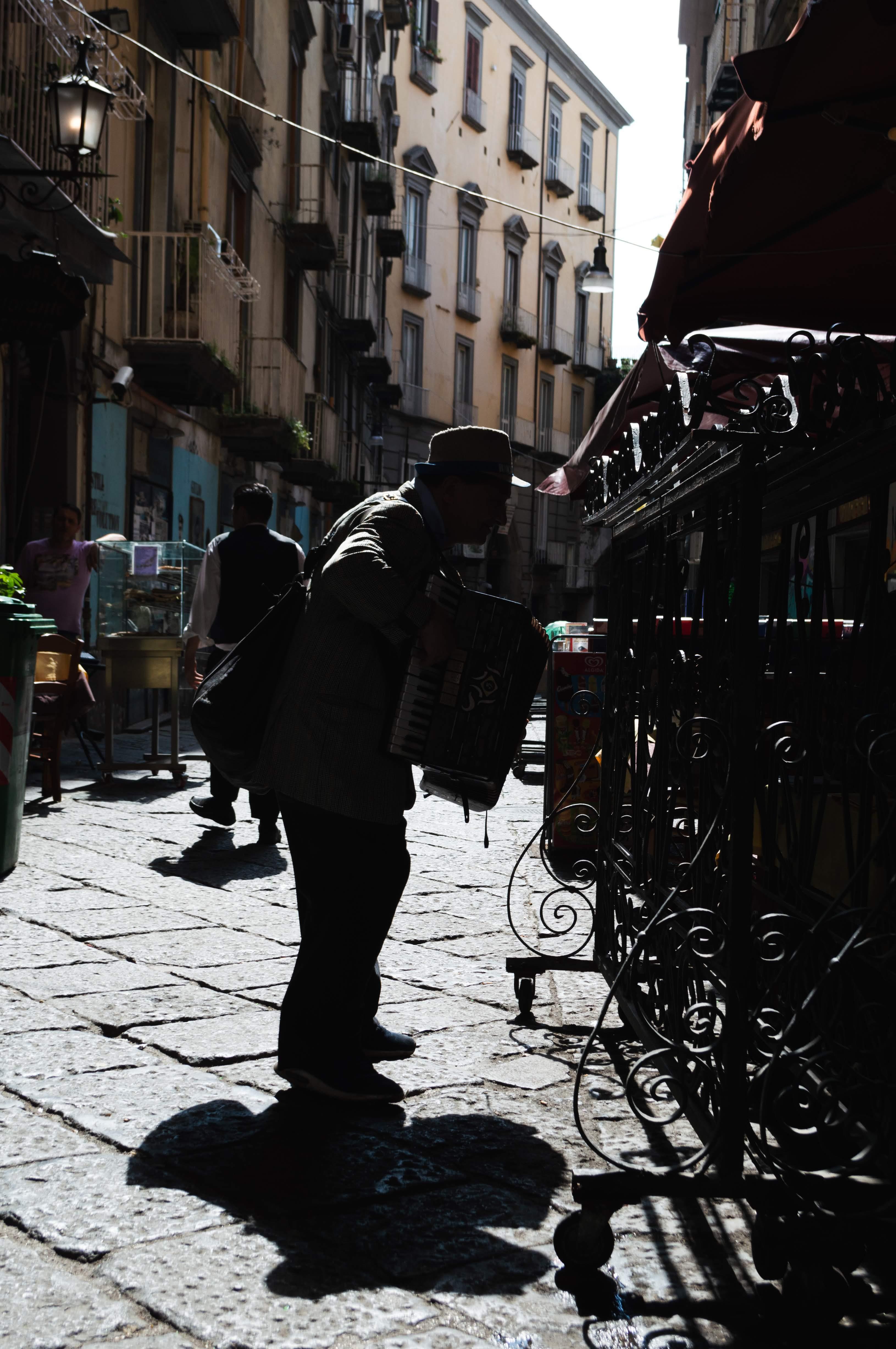 Suonatore a Port'Alba di Simone Scarano