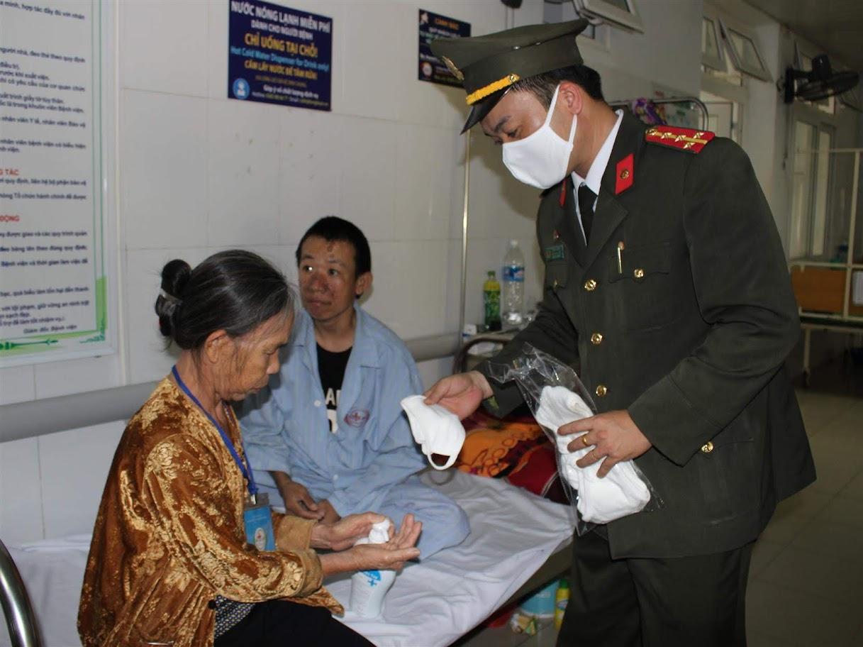 Phát khẩu trang cho bệnh nhân trong tận giường bệnh.