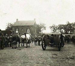 Photo: 1914 - 1918 Militairen met wapentuig op het terrein van de Centrale Werkplaats van BBA te Princenhage