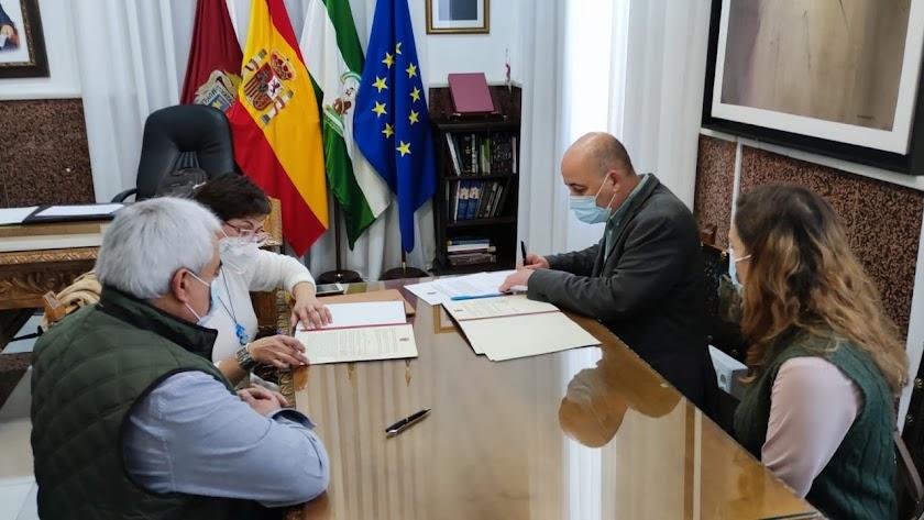 Firma del acuerdo con la asociación.