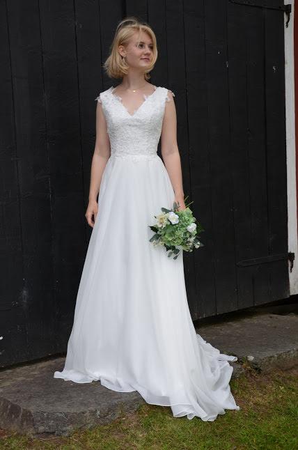 Brudklänning med spetstopp och chiffongkjol, V-ringad