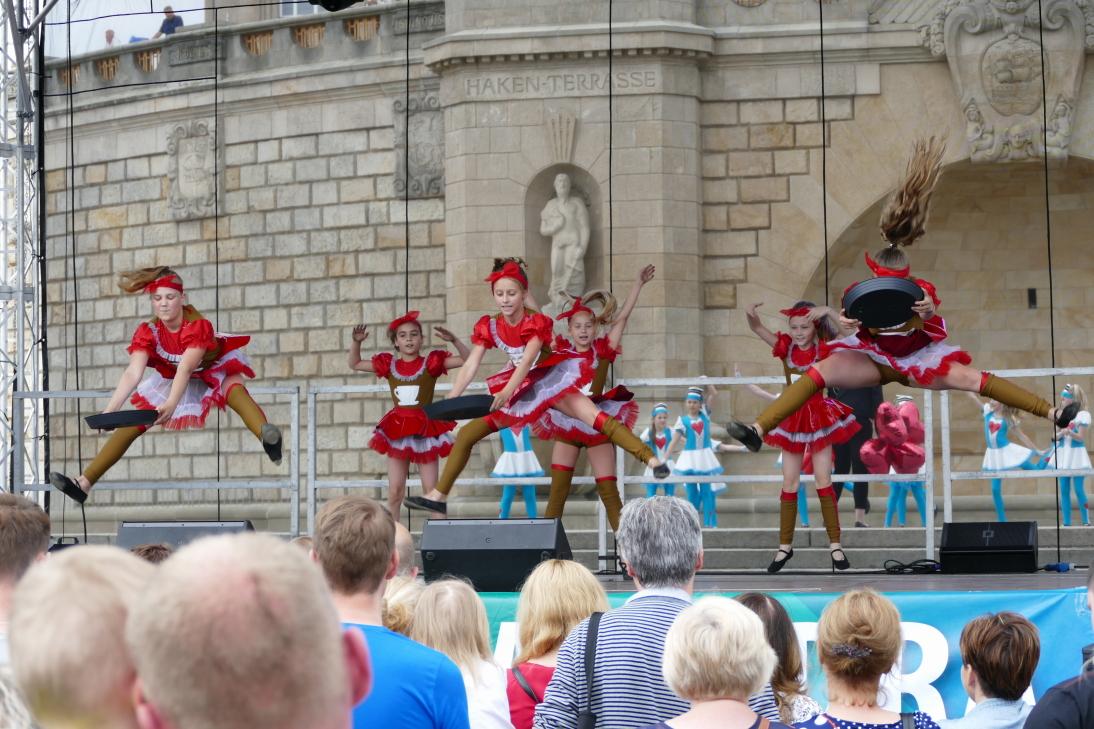 Hoch in die Luft: Kindertanzgruppen zeigten in tollen Kostümen ihr Können. Foto: Andreas Schwarze/TWP