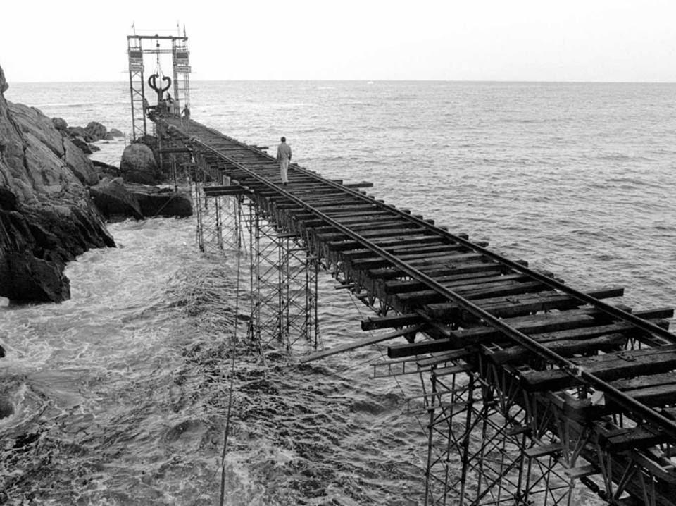 Imagen en blanco y negro de un muelle  Descripción generada automáticamente