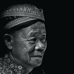 Pak Indan Smile by Naising Bega - People Portraits of Men ( black & white, java, traditional )