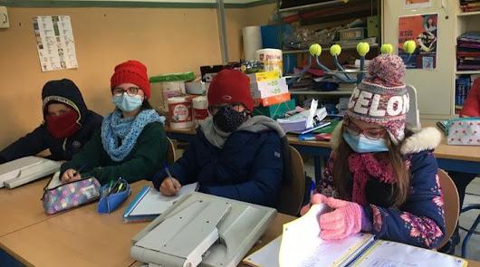 Mantas, gorros, bufandas y guantes: así dan clase los alumnos por el temporal