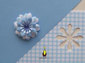 Photo: Détail de la fleur et du papier vichy dessiné par infographie