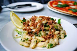 Zdjęcie: Sałatka z fasoli z botargą - Cannellini Bean Salad with Bottarga (fot. Ladro Greville Street - Greedy Gourmets)