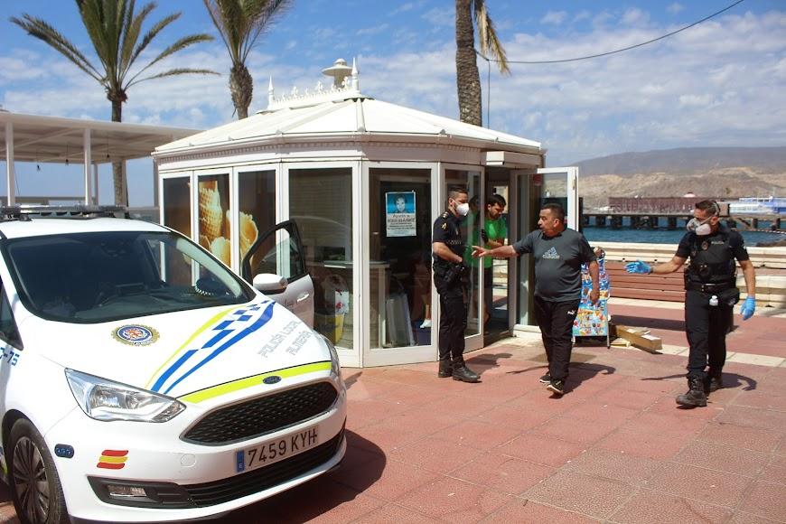 Kiosko Dulce Salado, en el Paseo Marítimo, preguntando a la Policía Local sobre las medidas de apertura.