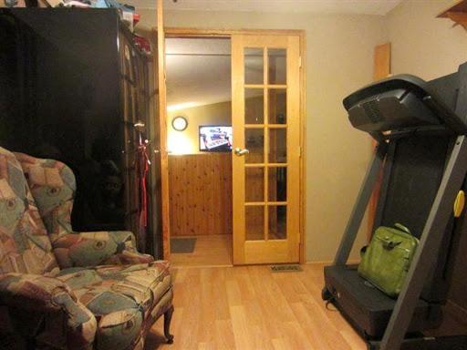 Fantasma entre la estantería y la silla de una habitación