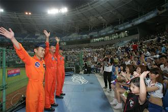 Photo: 空軍499聯隊28日編組幻象機隊衝場,通過球場上空,向國軍英雄致敬,飛行員也在降落後趕赴球場,獲得全場球迷如雷掌聲。(軍聞社記者李一豪攝)